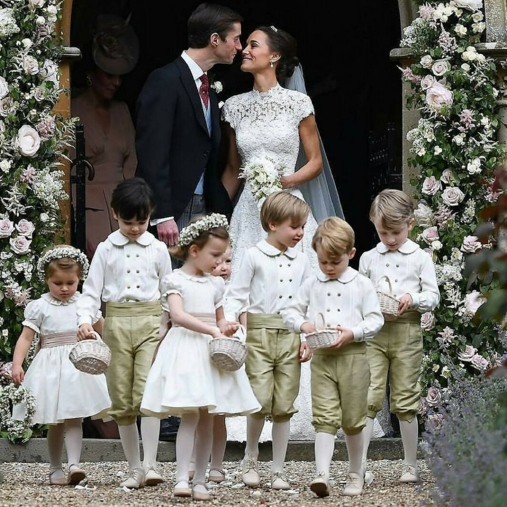 9851b6efd A principal função das damas e dos pajens é abrir a passagem da noiva na  cerimônia religiosa
